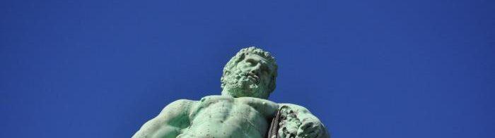 Der Herkules vor blauem Himmel.