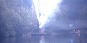 Feuerwerk wird auf einem Boot abgefeuert